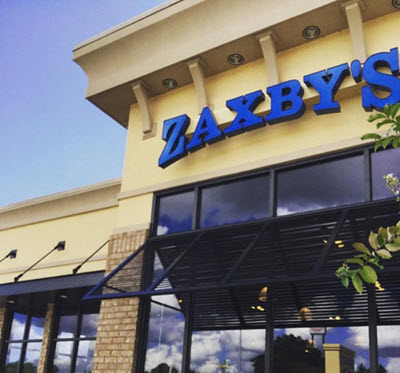 Picture of a Zaxby's restaurant exterior view against the backdrop of a azure sky.
